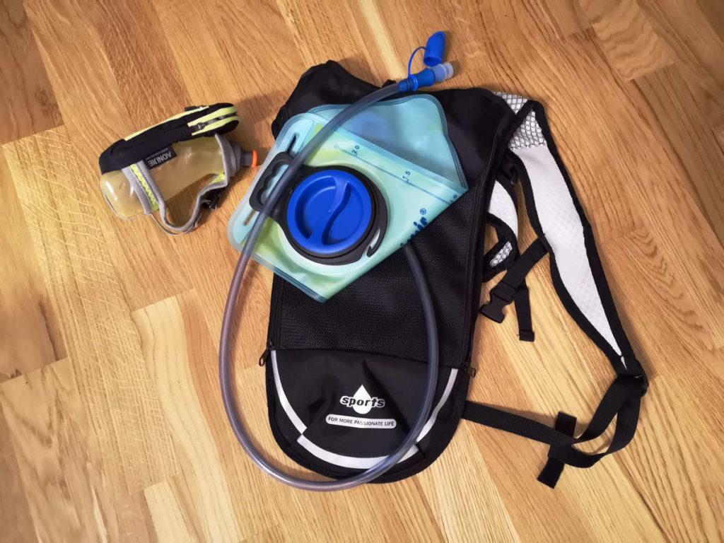Trinkrucksack und Handflasche - Utensilien für die Laufeinheit