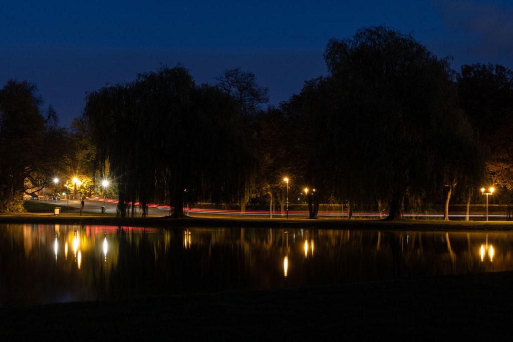 Laufen bei Nacht an der Fontaine in Halle