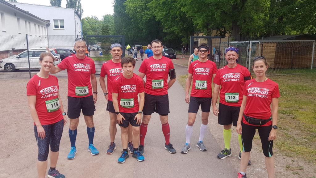Unser Cierpinski Sport Lauftreff an der Startlinie des Halbmarathons in Bernburg