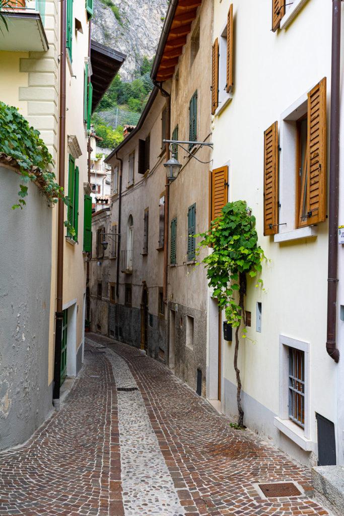Eine typische Gasse in Limone sul Garda
